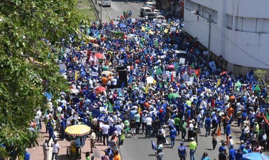 Cientos de dominicanos convocados por la Coalición Democrática protestan este domingo contra la corrupción, la impunidad y una eventual reforma de la Constitución que habilite al presidente Danilo Medina para optar a un tercer mandato en la selecciones de mayo del próximo año, en Santo Domingo, República Dominicana.