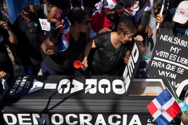 Luto reivindicativo, música y civismo. Así protestan miles de dominicanos