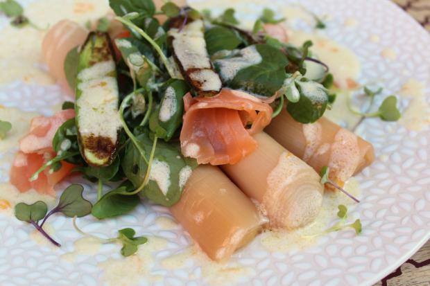 Puerros con salmón ahumado, un plato fresco y de sencilla preparación