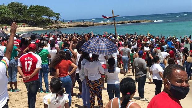 Multitud se reúne en Puerto Plata por peregrino que profetiza fin de COVID-19.