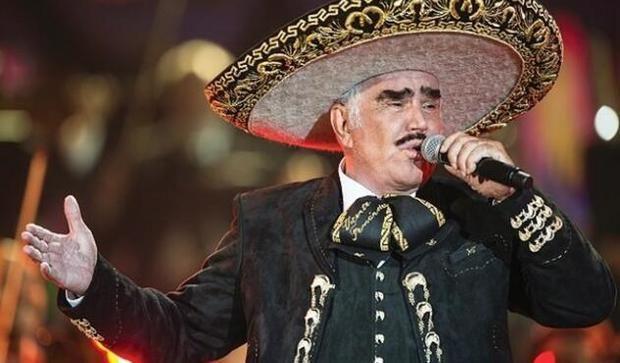Vicente Fernández se mantiene débil pero despierto tras caída en México
