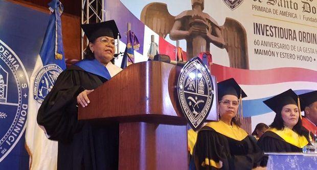 La rectora de la Universidad Autónoma de Santo Domingo (UASD), doctora Emma Polanco Melo, pronuncia el discurso central del acto de investidura ordinaria de grado, celebrado en el Aula Magna de la UASD.