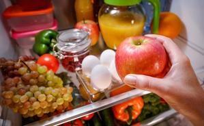 Organiza los alimentos en tu refrigeradora para prolongar su frescura.