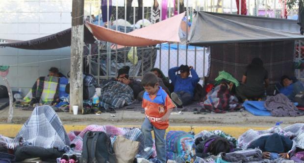 Aumenta desesperación de migrantes en México al escasear agua y alimentos