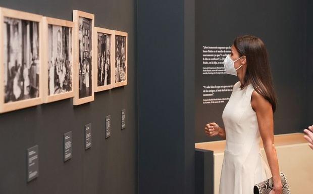 Su Majestad la Reina observa algunas obras durante su recorrido por la exposición.