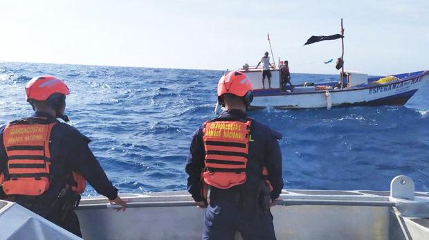 Armada inicia búsqueda de pescadores que quedaron a la deriva en el Atlántico.