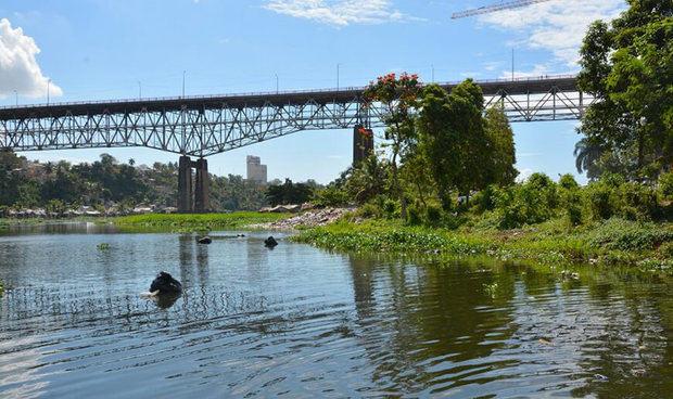 Una barca para limpiar ríos Ozama e Isabela llegará en las próximas semanas