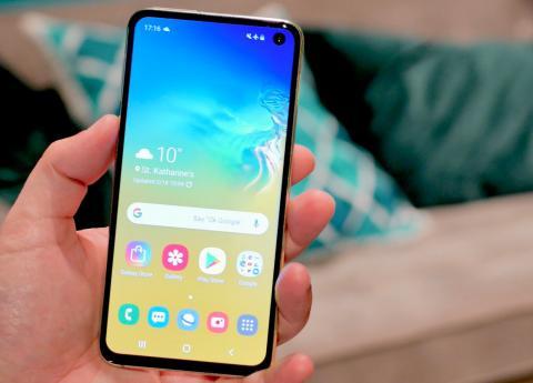El Samsung Galaxy S10e, está diseñado para aquellos que desean un teléfono inteligente de primera calidad con un rendimiento potente.