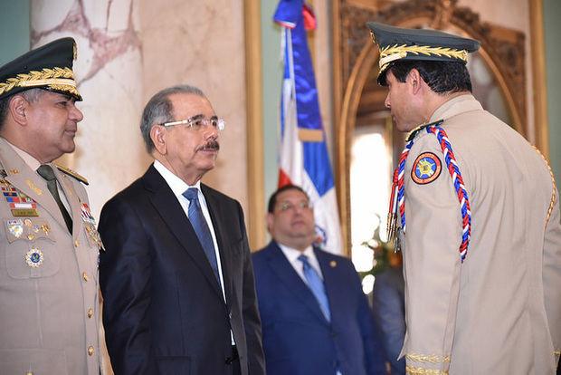 Presidente recibe saludos de oficiales militares y policiales