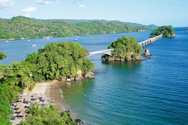 Samaná expone al país las condiciones de su reapertura, durante el XIII Conversatorio Virtual Situación y Retos del Turismo Dominicano.