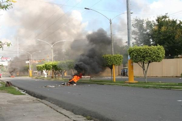 Neumáticos incendiados en calle de SFM