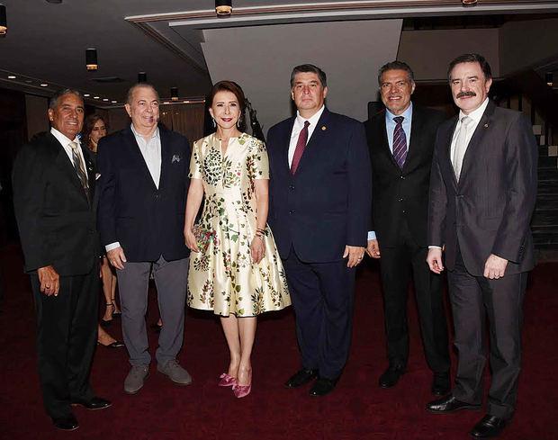 El ministro de Cultura, Arq. Eduardo Selman junto a otras personalidades en concierto de la Orquesta Sinfónica 2019.
