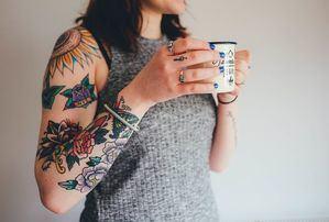 Polémica por cónsul dominicano que comparó a mujeres tatuadas con prostitutas.