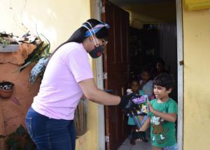 La institución realizó la entrega de raciones alimenticias y juguetes a personas residentes en la zona de los Mameyes y Villa Duarte.