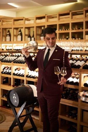 Cata de vino de bienvenida en el Restaurante Coque Madrid