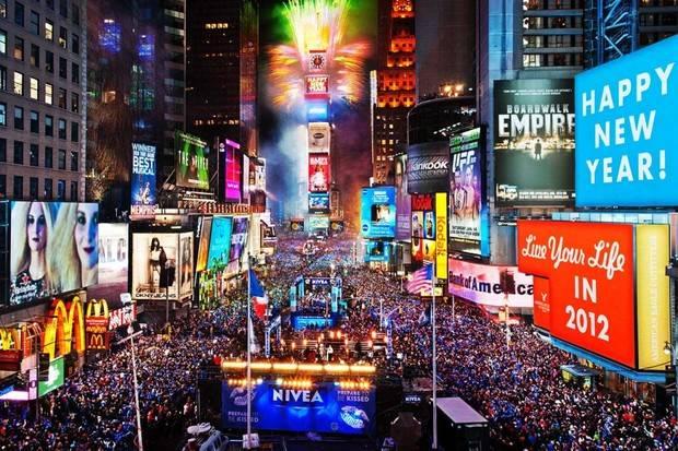 La icónica bola de cristal de Times Square da la bienvenida a 2018