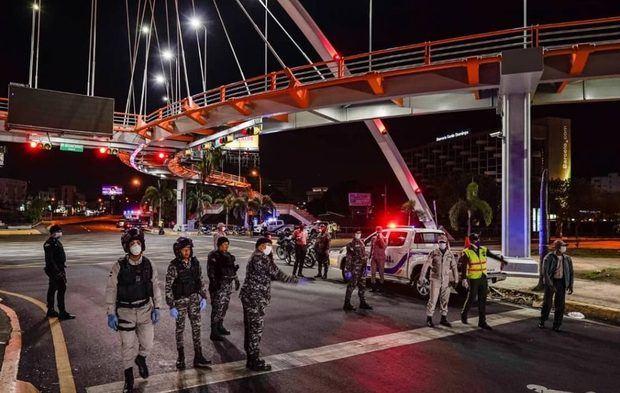 La Policía apresó este domingo a 883 personas por violar el toque de queda.