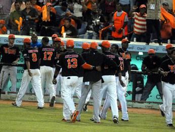 Estrellas vencen Toros y siguen firmes en la cima del béisbol dominicano
