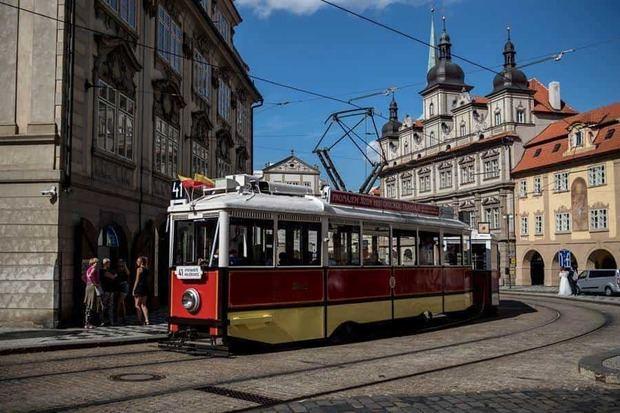 Una serie de antiguos vagones de tranvía se alternan en la línea 41 de Praga para ofrecer un retorno nostálgico a la época del imperio austro - húngaro.
