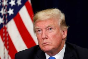 Los republicanos John McCain y Jeff Flake criticaron la actitud de Trump con la prensa