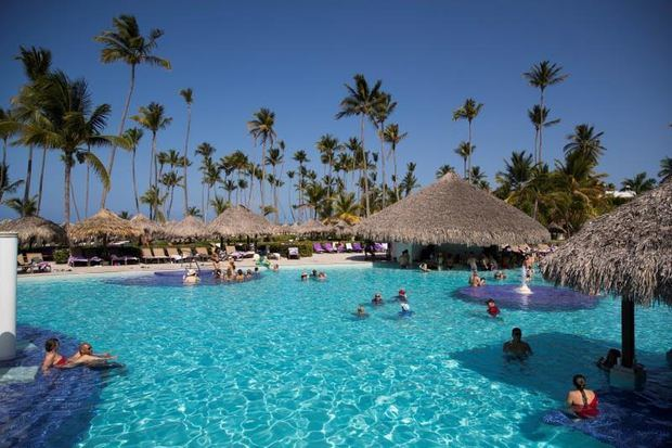 Turistas disfrutan de la estancia en un hotel en Punta Cana, República Dominicana.