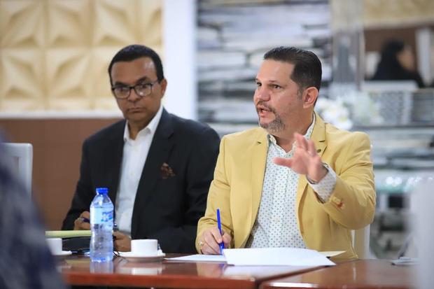 En la foto el asesor del Presidente en materia artística, Engelbert Landolfi (derecha), junto a Ramón Pastrano.
