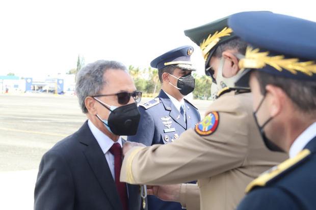 """A los Oficiales Generales retirados les fue impuesta la medalla """"Vuelo Panamericano""""."""