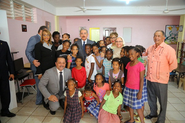 Danilo Medina compartiendo con alumnos y docentes