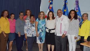 Alicia Arbaje Báez junto a docentes universitarios