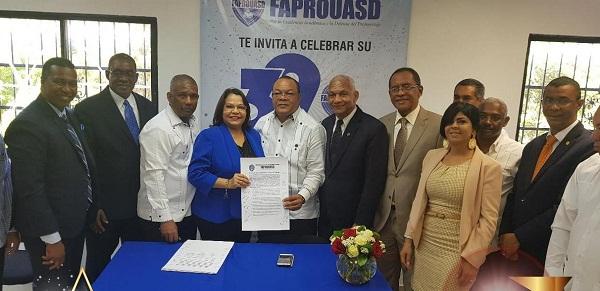 Emma Polanco firma pacto por el saneamiento integral de la UASD