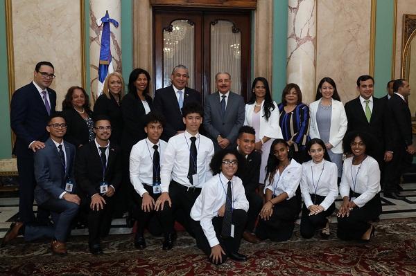 Visita de estudiantes al Presidente Medina