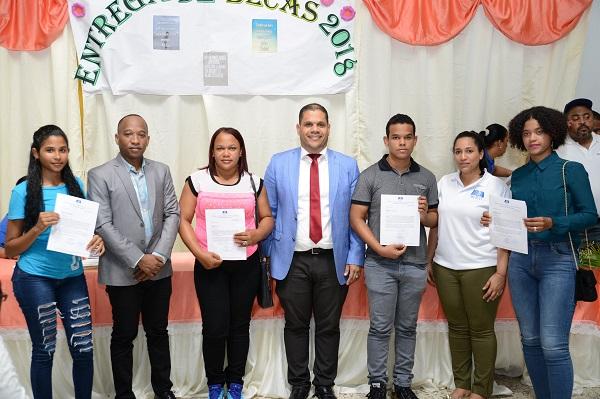Entregan 474 becas a jóvenes Santo Domingo Norte y Monte Plata