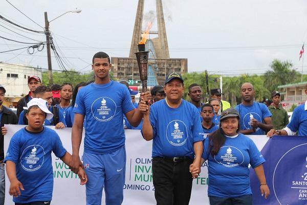 """Niños, jóvenes y adultos se suman a atletas para recibir la """"Llama de la Esperanza"""" en Higüey"""