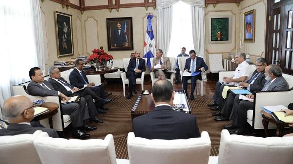 Danilo Medina recibe informe sobre construcción de escuelas y estancias infantiles