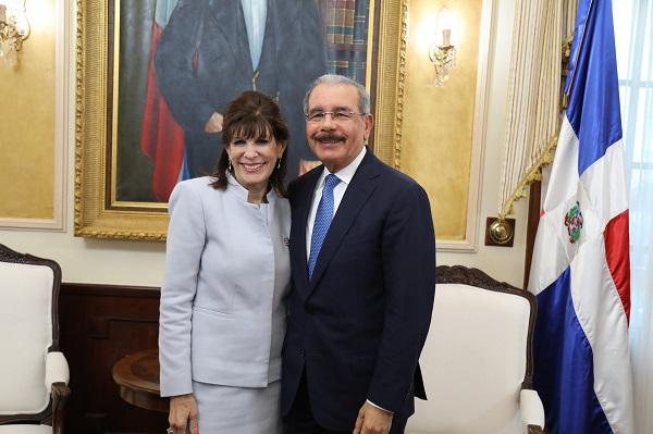 Danilo Medina recibe visita cortesía de la embajadora de EE. UU., Robin Bernstein