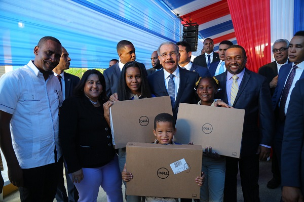 Danilo Medina con estudiantes beneficiados