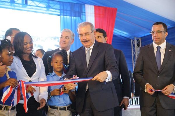 Danilo Medina entrega escuela a 840 estudiantes de Villa Altagracia, San Cristóbal