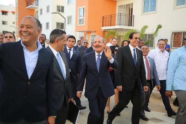Danilo Medina en el recorrido por el sector