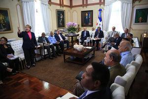 Presidente Medina en reunión funcionarios.