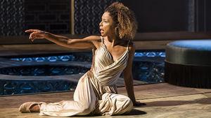 Ralph Fiennes  y  Sophie Okonedo  interpretan a la famosa pareja predestinada. Simon Godwin.