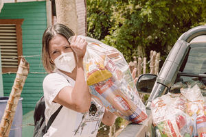 Nathalie Hazim mientras realizaba las entregas en Sabana Grande de Boyá.