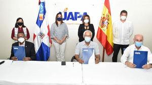 Francisco Rojas del MEPyD; Angel Hernández de la UAPA y  Alejandro Abellán Garcia de Diego, de la Agencia de Cooperación Española, firmaron el inicio del proyecto.