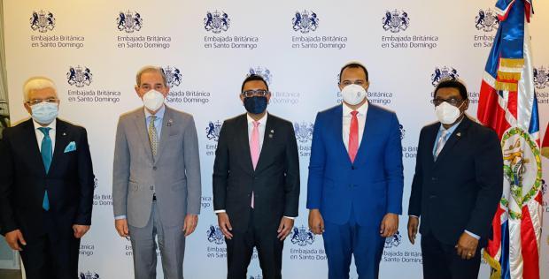 MESCYT y Embajada Británica en República Dominicana suscriben convenio para ampliar programa de becas internacionales