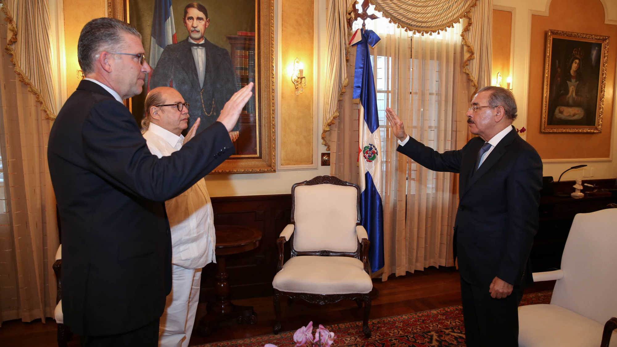 Presidente Danilo Medina juramenta a Víctor Víctor y Eric Rivero