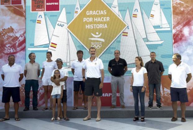 Felipe VI encabeza el homenaje a los regatistas de Barcelona 92