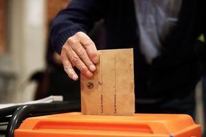 Una ciudadana ejerce su derecho al voto en su colegio electoral en Montevideo hoy 24 de noviembre.