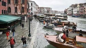 El agua vuelve a inundar Venecia mientras la marea sigue creciendo.