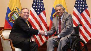 El presidente de Ecuador Lenin Moreno saluda al secretario de Estado de Estados Unidos Mike Pompeo este sábado durante una reunión en Guayaquil, Ecuador. Pompeo visita Ecuador como parte de su gira por Latinoamérica para fortalecer las alianzas en el Hemisferio Occidental sobre desafíos regionales y globales.