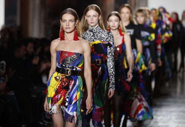 Versace se divierte en Milán con un juego sin límites de colores y tejidos