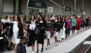 Algunas de las modelos de Chanel desfilando en el Grand Palais. (Foto:Fuente Externa.